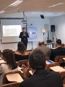Ricardo Alexandre Costa, presidente da ACM e eleito para o Conselho Deliberativo da JUSPREV, durante apresentação na AMAB