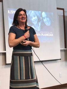 A gerente da JUSPREV, Deborah Maggio, durante apresentação sobre o PLANJUS